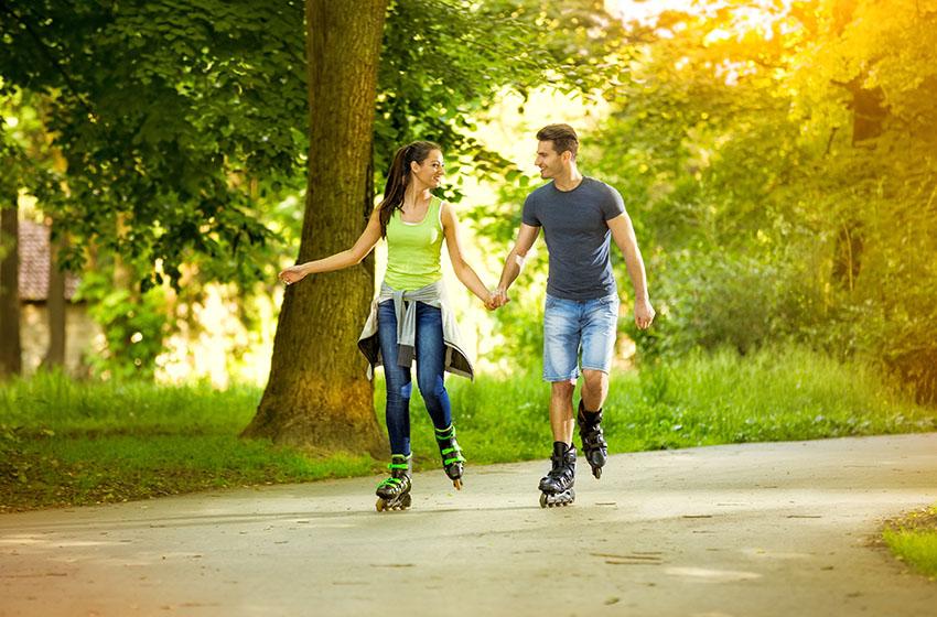 Couple en patins à roues alignées